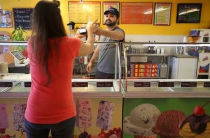 Frozen Art Gourmet Ice Cream & Paletas entrepreneur Jorge Alcázar helping a customer. Photo: Christopher Chung, Press Democrat
